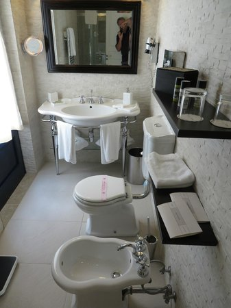 Masseria Torre Maizza : Well appointed bathroom.