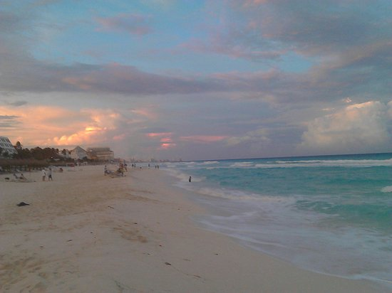 Omni Cancun Resort & Villas: Atardecer playa