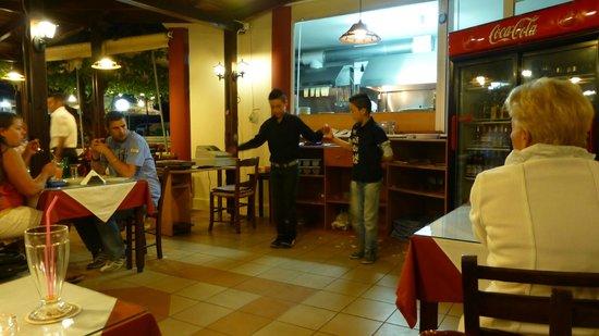Kelariko Restaurant : Neefjes van Spiros aan het dansen