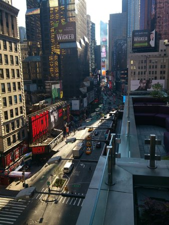 Novotel New York Times Square: Blick von der Restaurantterrasse Richtung Times Square