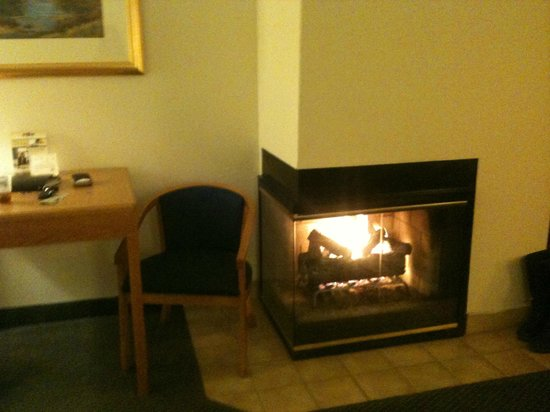 BEST WESTERN Paint Pony Lodge: FIREPLACE  - Love