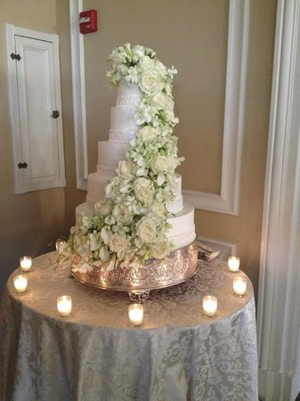 Oheka Castle : Beautiful cake, likely off-site caterer