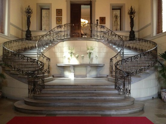 OHEKA CASTLE Hotel & Estate: Main stairway