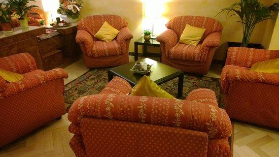 Hotel Massimo D'Azeglio: salon défraichi