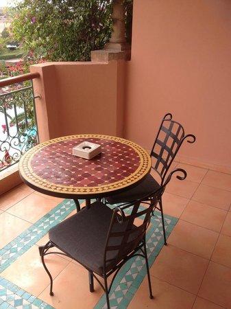 Sofitel Marrakech Palais Imperial : La balcon avec une petite table.