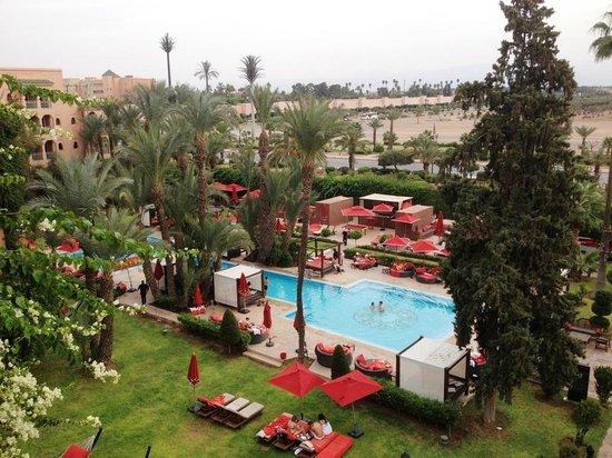 Sofitel Marrakech Palais Imperial : Vue sur la piscine chauffée de notre balcon.