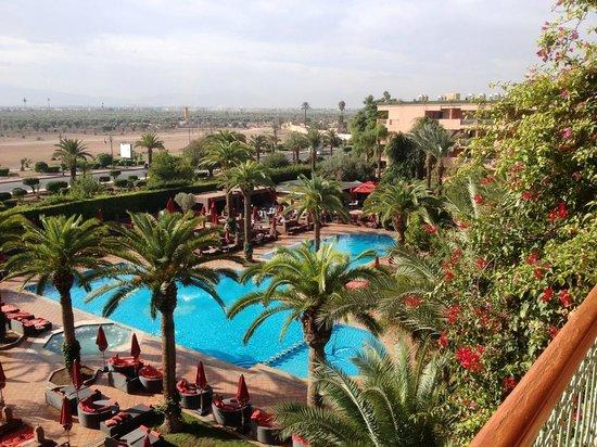Sofitel Marrakech Palais Imperial : Vue sur la grande piscine (non-chauffée) de notre balcon.