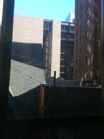 Hilton New York Grand Central: Zimmer 520, eine Kirche vor dem Fenster