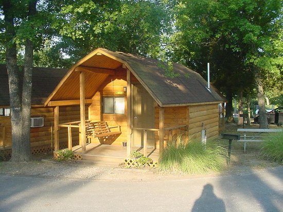 Branson KOA & Convention Center: Complete view of the cabin where we stayed