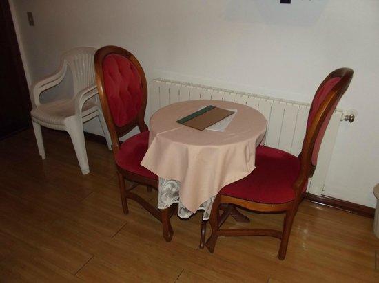 Pousada Recanto Almeida : mesa do quarto de casal