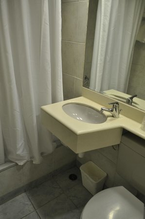 Americana Hotel: Ванная..