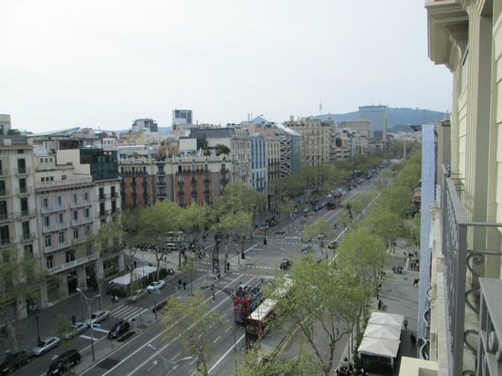 Majestic Hotel & Spa Barcelona: pdgracia avenue down below