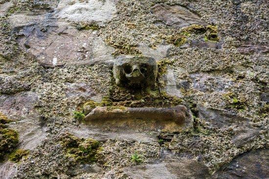 Dunstaffnage Castle & Chapel: Skull and cross-bone on the chapel.