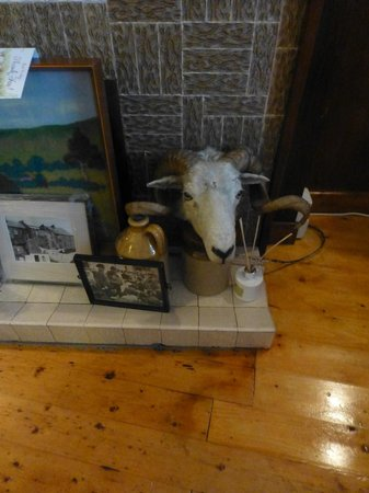An Cruiscin Lan : Sheep's head on Hearth