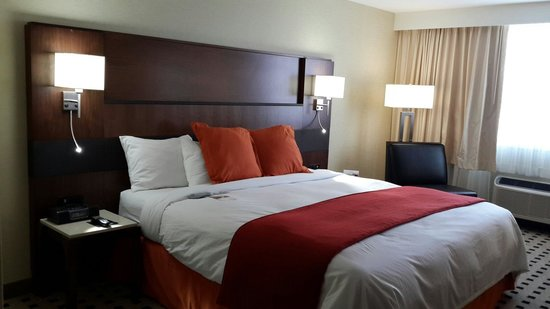 Radisson Hotel Harrisburg: My room. My king bed... ;)