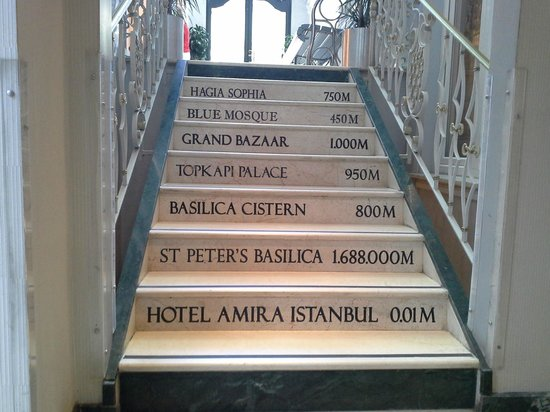 Hotel Amira Istanbul : Staircase with information