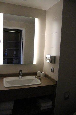 Golden Tulip Lyon Eurexpo : bathroom