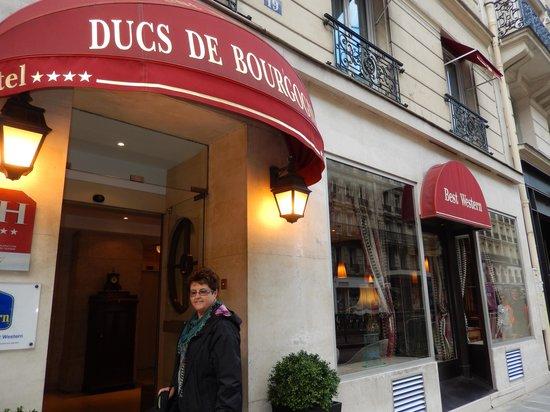 BEST WESTERN Ducs De Bourgogne : Frente e entrada do hotel.