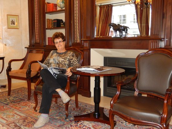 BEST WESTERN Ducs De Bourgogne : Sala de estar e biblioteca.