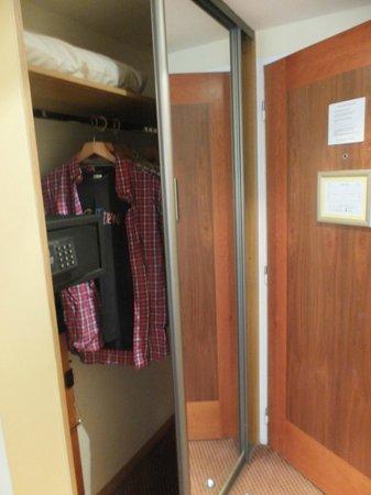 O'Callaghan Eliott Hotel: Safe & wardrobe