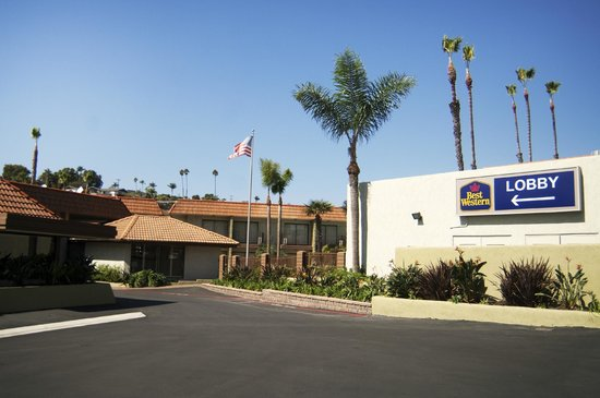 BEST WESTERN Oceanside Inn: Our open hotel exterior allows you to enjoy the infamous CA sunshine.