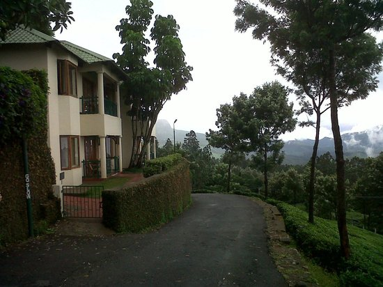 Club Mahindra Munnar: walkway down from the cottages