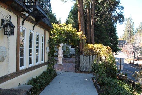 Fleur de Lac European Inn B&B: Courtyard and exterior of the B&B