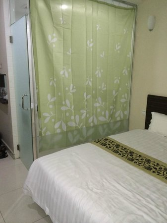 Azio Hotel: Toilet is cover by the curtain inside the glass panel.