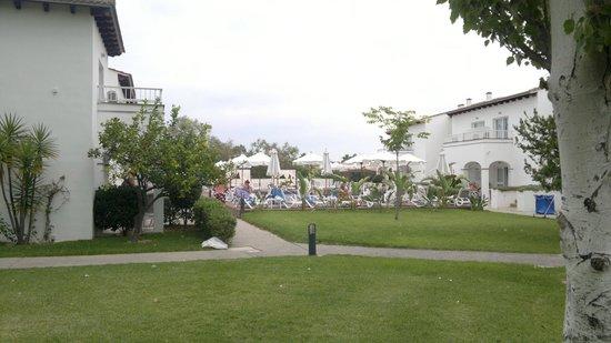Seaclub Mediterranean Resort: Mot norr mellan husen (2013-09-28 lite mulet sista dagen)