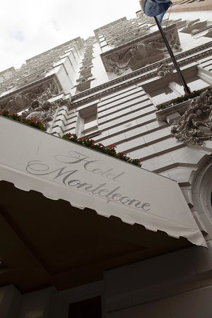 Hotel Monteleone : Out front on Royal st.