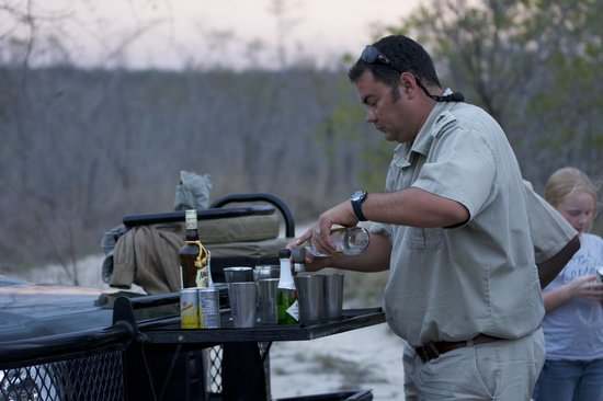 Elephant Plains Game Lodge: Safari Happy Hour with Morne'