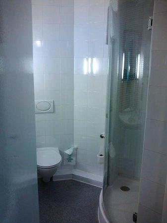 Ibis Madrid Centro: O banheiro - razoavelmente amplo