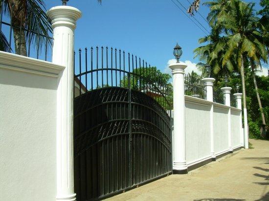Bandhusena House & Apartment: Entrance