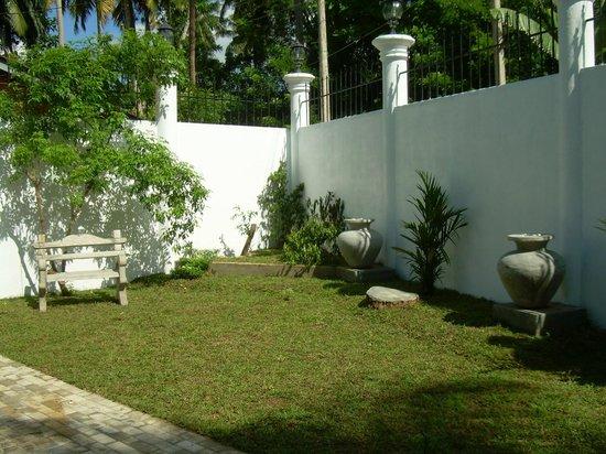 Bandhusena House & Apartment: Garden