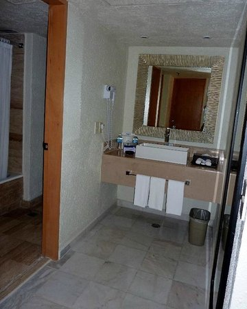 Park Royal Cancun: Uma espécie de lavabo fica entre o quarrto e o banheiro