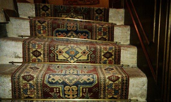 Palazzo Priuli: Wonky b characerful staircas