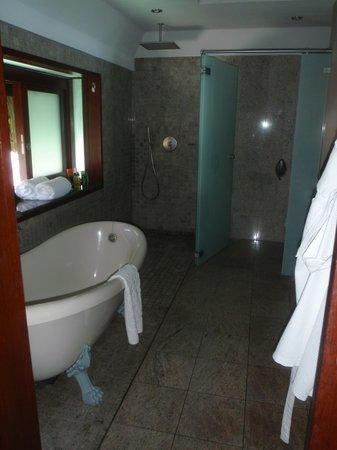 Hilton Moorea Lagoon Resort & Spa: The spacious bathroom with tub & rain shower.