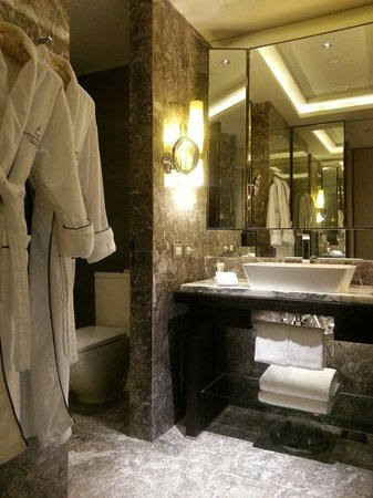 Siam Kempinski Hotel Bangkok : Beautiful and clean bathrooms