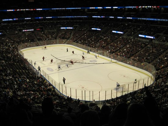 Jogo hockey foto van bb t center sunrise tripadvisor for Dining at bb t center