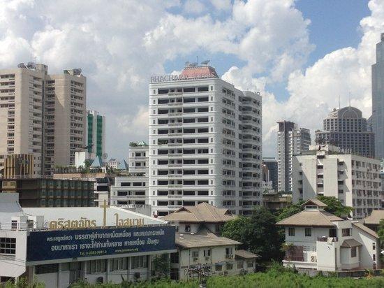 Phachara Suites: BTSナナ駅から撮影