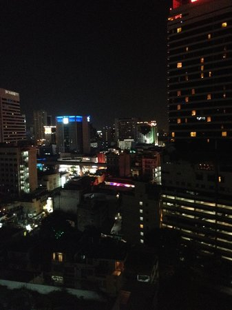 Phachara Suites: ナナ方面の夜景