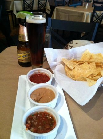 Cascada: Two types of Salsa, refried beans and chips