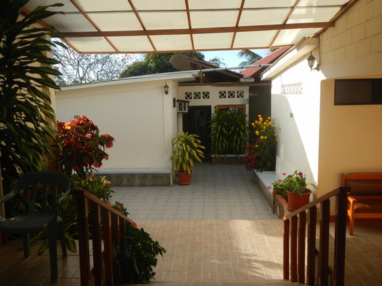 Hotel Mar Azul : the pretty entrance way, rooms are on the left, kitchen straight ahead.