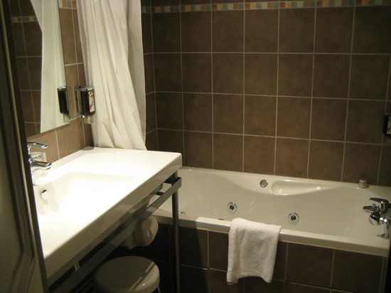Le Phénix Hotel : jet tub-very nice bathroom
