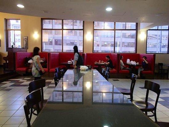 Sal n comedor con cocina picture of sydney central yha for Sydney salon