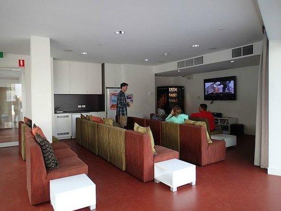 Sydney Harbour YHA: Sala comun junto a la terraza