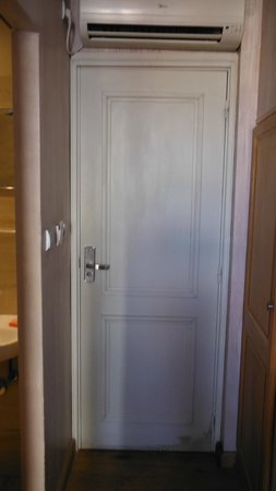 Hotel le Petit Trianon: The door with the leaky AirCon on top