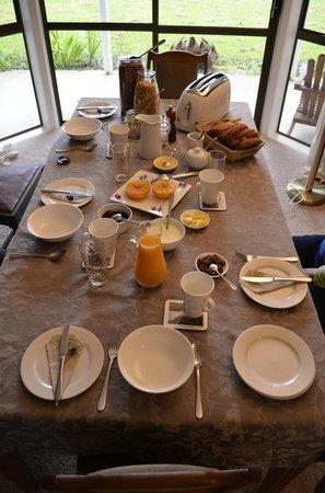 Jacaranda Lodge: What a breakfast !
