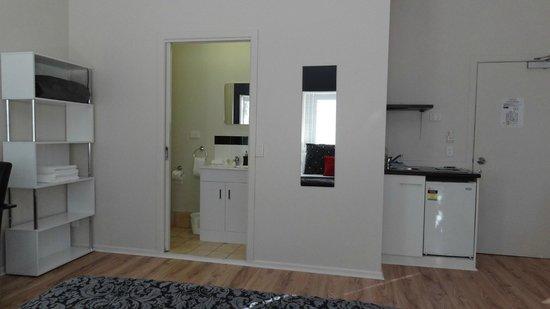 Gratitudes Boutique Suites: Bathroom, mirror and sink.