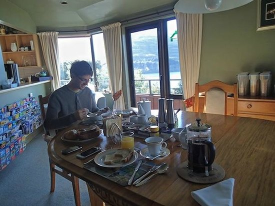Larch Hill Homestay Bed and Breakfast: Desayunando